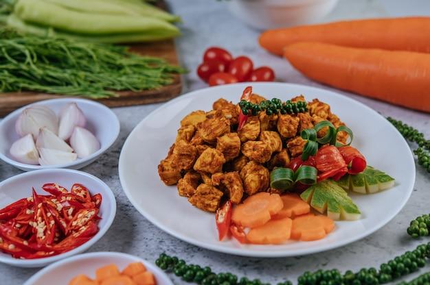 Poulet frit aux fines herbes avec chili, tomate, concombre, carotte et poivre frais.
