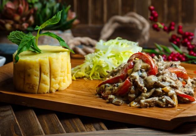 Poulet frit et champignons sous sauce à la puure