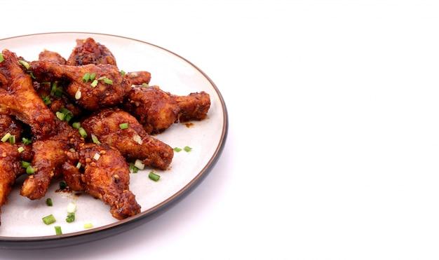 Poulet frit coréen délicieux sur un fond blanc.
