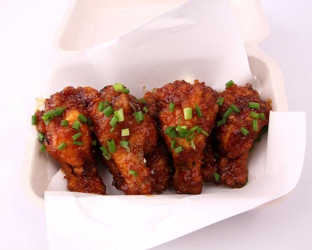 Poulet frit coréen sur fond blanc.