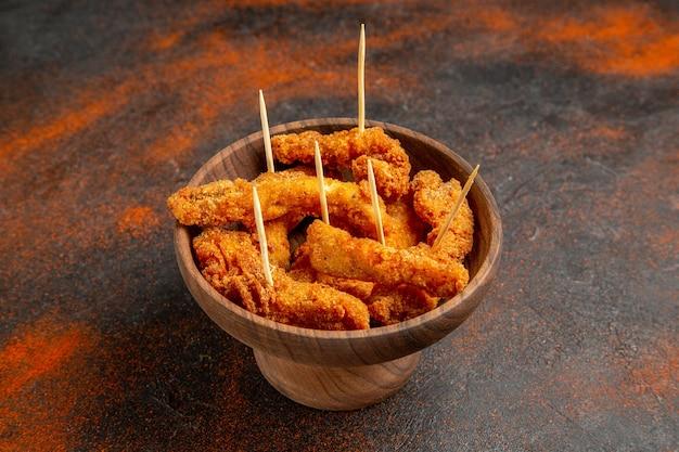 Poulet frit croustillant au milieu d'un fond de couleur mélangée