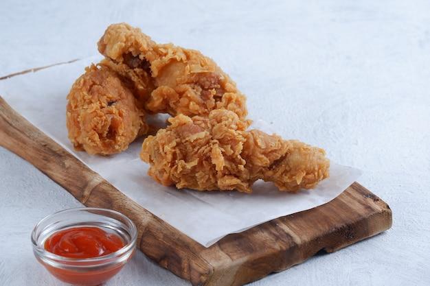 Poulet frit croustillant avec sauce chili sur fond blanc