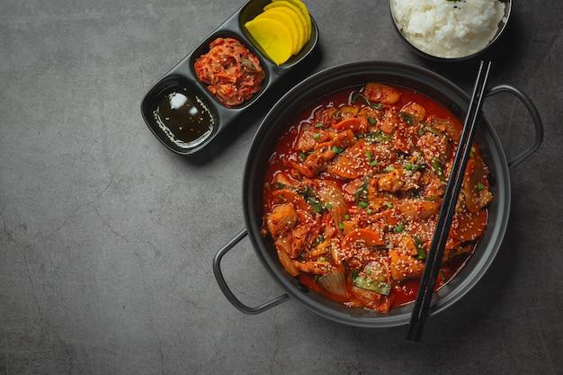 Poulet frit dans une marmite avec sauce épicée à la coréenne