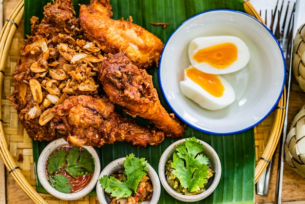 Poulet frit dans un plat