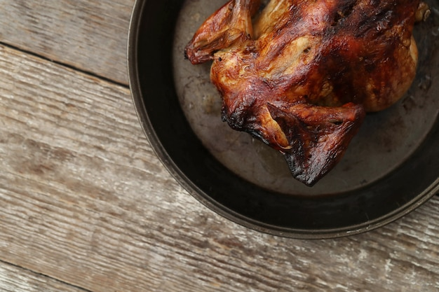 Poulet frit dans une poêle noire