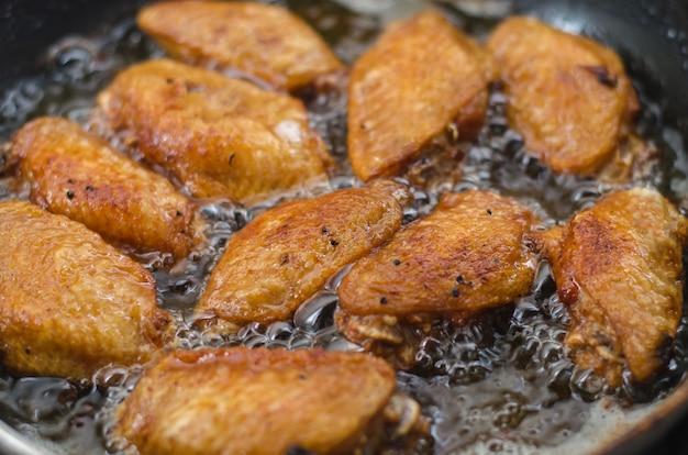 Poulet frit dans la poêle, nourriture asiatique, nourriture malsaine