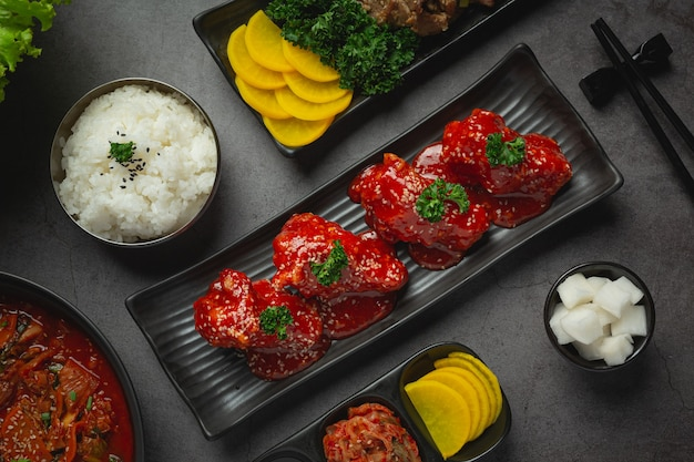 Poulet frit dans une sauce épicée à la coréenne