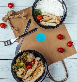 Poulet frit avec du riz et des légumes