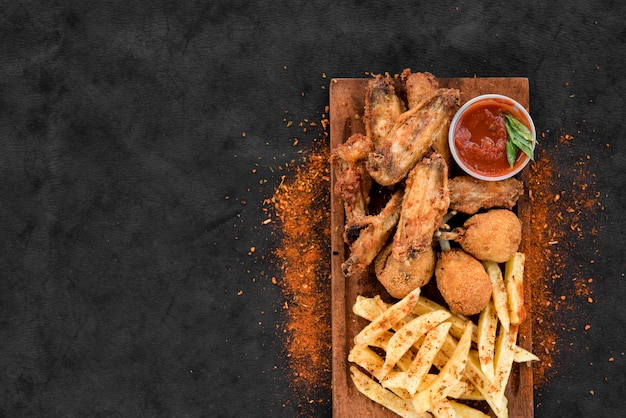 Poulet frit épicé et pomme de terre avec sauce