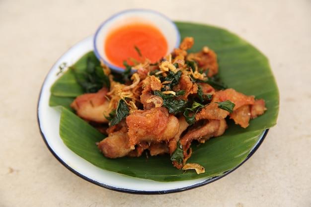 Poulet frit à la façon nord-thaïlandaise