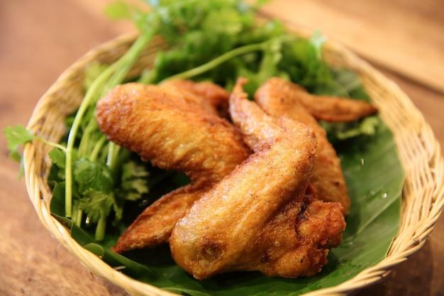 Poulet frit sur fond de bois