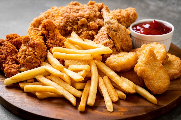 Poulet frit avec frites et pépites