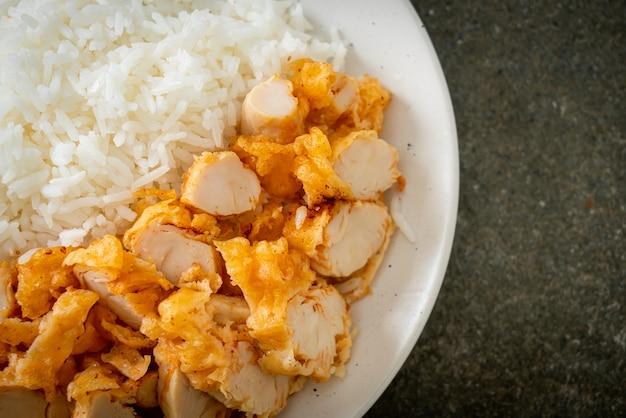 Poulet frit garni de riz avec trempette épicée