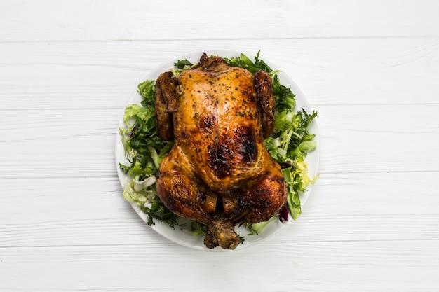 Poulet frit sur la salade
