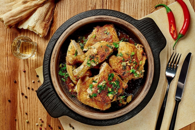 Poulet frit à la sauce à l'ail avec des verts shotis puri et chacha