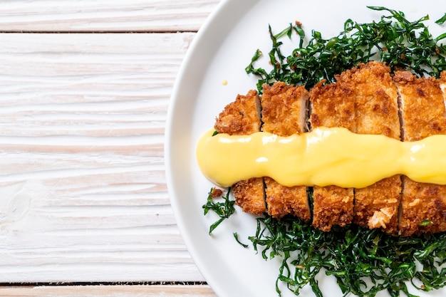 Poulet frit avec sauce au citron