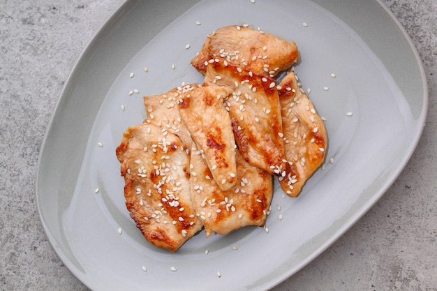Poulet frit avec sauce soja sur une assiette, vue du dessus