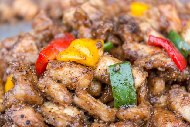 Poulet frit avec trois couleurs, rouge, vert et jaune, poivron