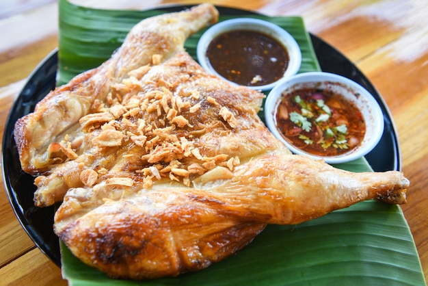 Poulet grillé à l'ail et à la sauce épicée cuisine thaïlandaise asiatique poulet grillé
