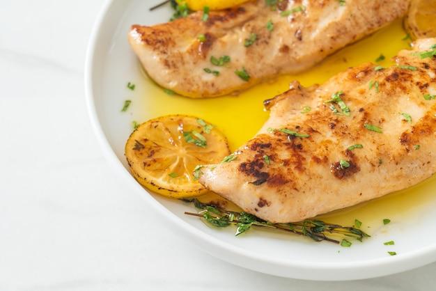 Poulet grillé au beurre, citron et ail sur plaque blanche