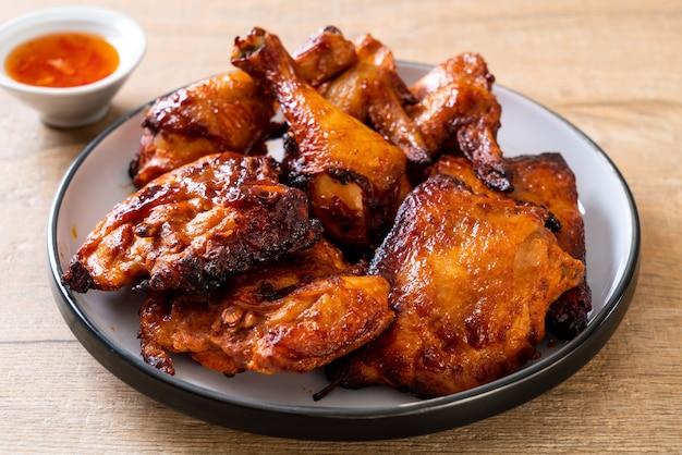Poulet grillé et barbecue sur table