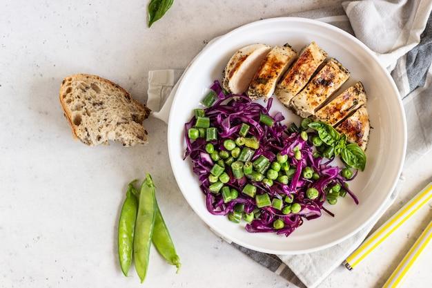 Poulet grillé, chou rouge, pois verts et haricots