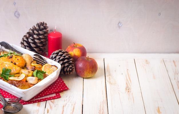 Poulet grillé. fond de nourriture de noël. table de fête rustique avec poulet rôti