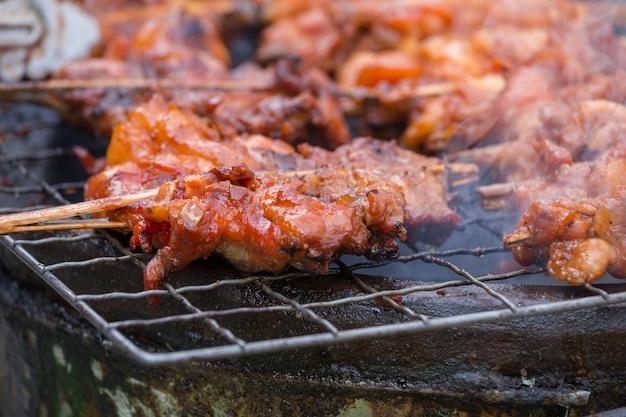 Poulet grillé avec des os