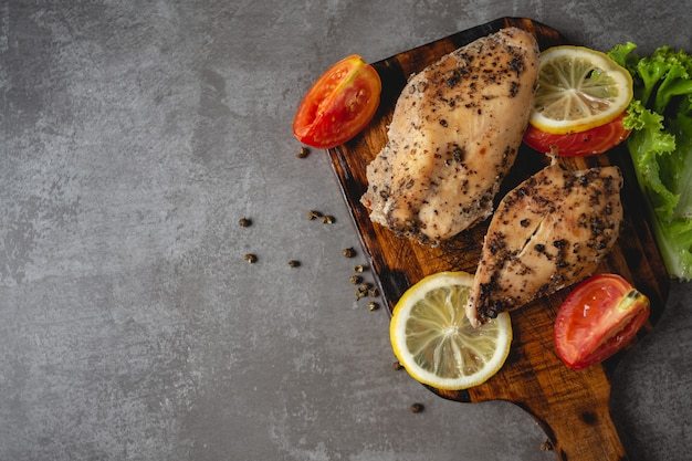Poulet grillé sur une planche à découper.