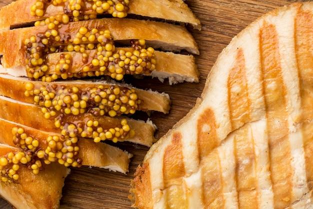 Poulet grillé à plat avec moutarde de dijon
