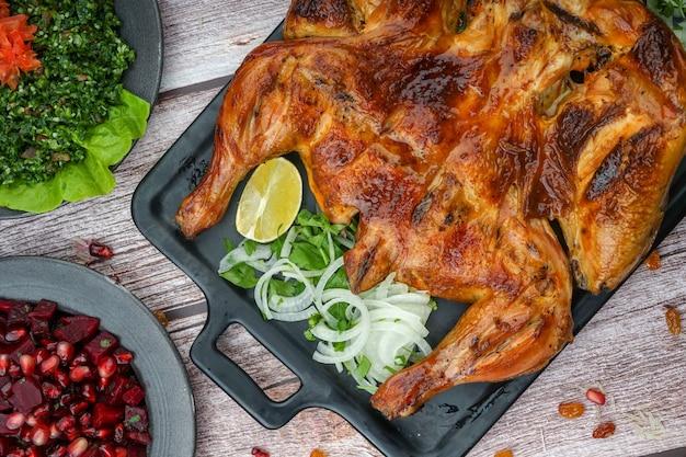Poulet grillé sur un plateau noir