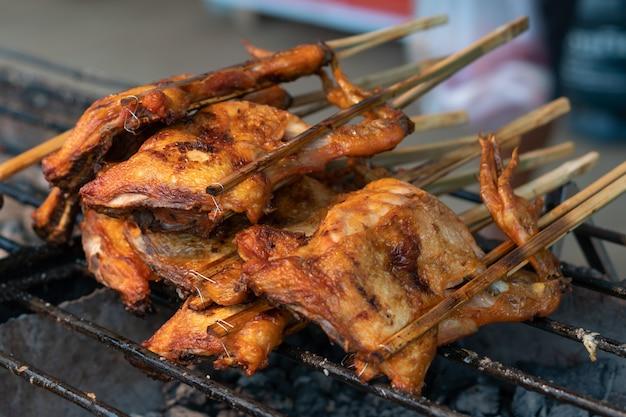 Poulet grillé à la poêle sur le marché