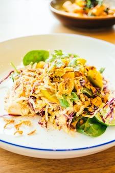 Poulet grillé avec salade de légumes
