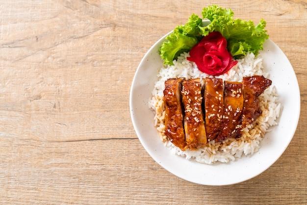 Poulet grillé avec sauce teriyaki sur riz garni