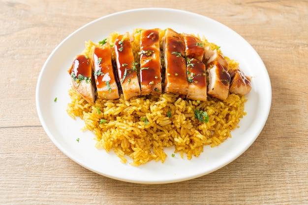 Poulet grillé sucré et piment avec riz au curry sur assiette