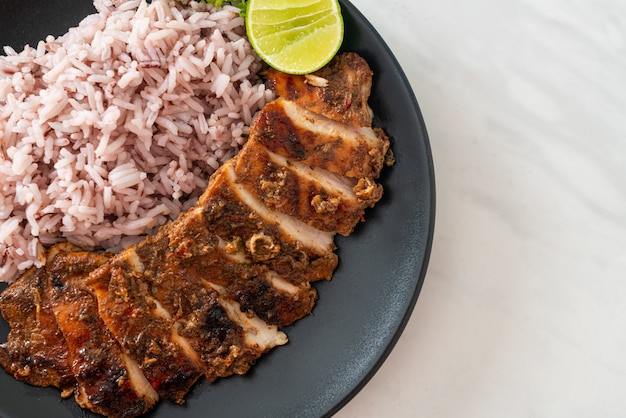 Poulet jerk jamaïcain grillé épicé avec du riz - style de cuisine jamaïcaine