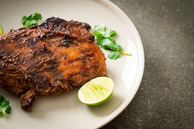 Poulet jerk jamaïcain grillé épicé - style de cuisine jamaïcaine