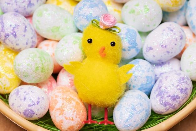 Poulet jouet aux testicules colorés. photo de haute qualité