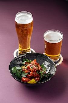 Poulet karaage japonais avec de la bière sur un violet