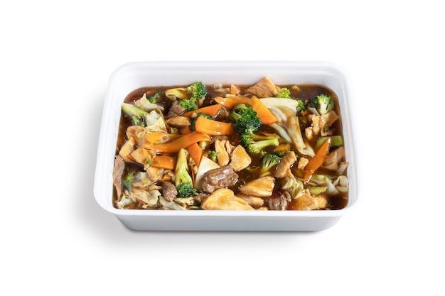 Poulet kung pao. cuisine traditionnelle chinoise. poulet d'échecs. fond blanc.