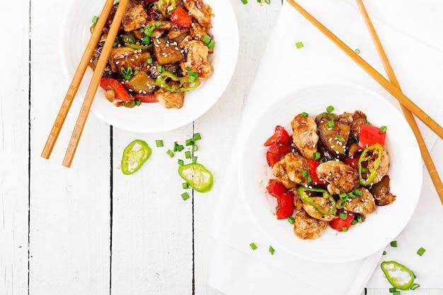 Poulet kung pao fait maison avec des poivrons et des légumes. nourriture chinoise. sauté. vue de dessus. mise à plat