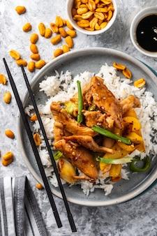 Poulet kung pao, plat de sichuan traditionnel du sichuan chinois sauté avec du poulet, des arachides, des légumes et des piments.
