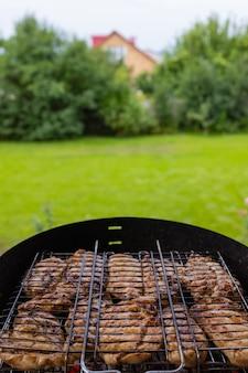Poulet mariné grillé sur le grill flamboyant