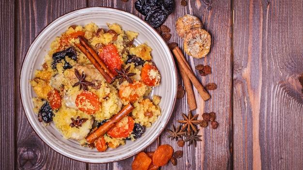 Poulet marocain traditionnel aux fruits secs et épices.