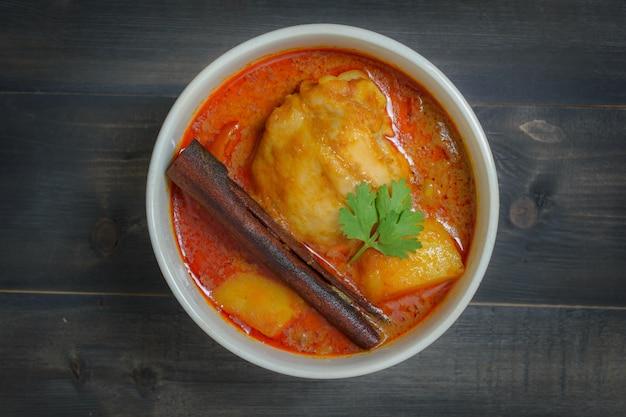 Poulet massaman curry sur bois