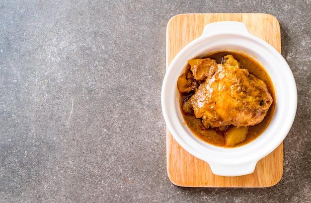 Poulet massaman curry pâte au riz