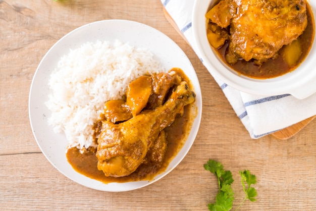 Poulet massaman curry pâte au riz