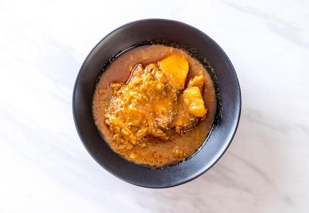 Poulet massaman curry pâte aux nouilles