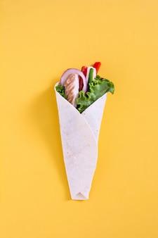 Poulet mexicain fajita avec poivrons laitue et oignon jaune