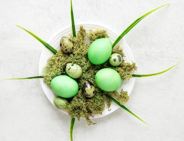 Poulet de pâques vert et oeufs de caille